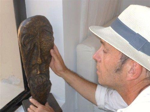 Жан-Пьер рассматривает скульптуру в доме Филиппа
