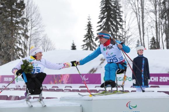 Светлана Коновалова поздравляет соперницу