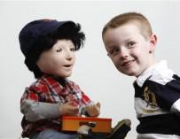 Робот Каспар помогает детям-аутистам