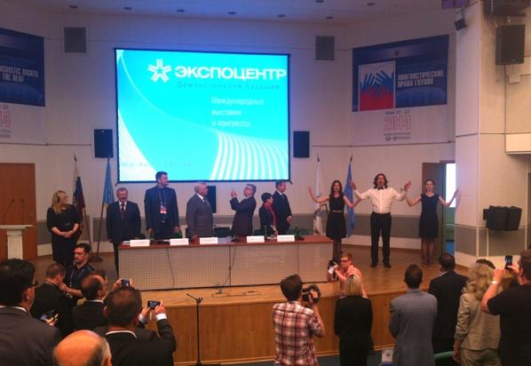 Участники семинара исполняют Государственный гимн Российской Федерации на языке жестов (справа)
