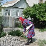 74-летняя бабушка-инвалид с переломанной рукой ремонтирует волгоградские дороги