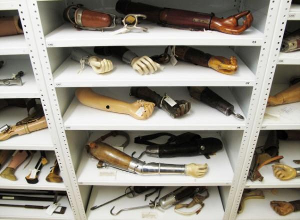 Подборка протезов 19-го и 20-го веков хранящихся в архивах Музея науки в Лондоне. Фото Стюарта Имменса; изображение любезно предоставлено Музеем науки в Лондоне / SSPL.