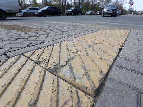 Вбуханные в пешеходные переходы миллионы контрастируют с выщербленной, расколотой тактильной плиткой