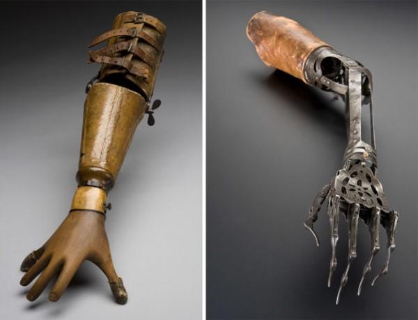 Слева — этот протез руки был разработан для пианистки в 1895 году, которая играла в Альберт-Холле в Лондоне в 1906 году с помощью специально разработанной руки. Справа — это рука викторианской эпохи, представляет собой красивую металлическую конструкцию. Изображения любезно предоставлены Музеем науки / SSPL .
