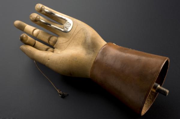 Этот протез руки был разработан Томасом Опеншоу (ThomasOpenshaw) приблизительно в 1916 году, во время работы в качестве хирурга в больнице королевы Марии. Два пальца деревянной руки поддерживаются металлическими крючками, чтобы помочь с повседневными задачами. ИзображениепредоставленоМузеем науки/ SSPL .