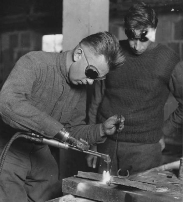 Американский ветеран использует руку, оснащенную сварочным инструментом, в Армейском госпитале WalterReedArmyHospitalв 1919 году. Изображение предоставлено Национальным музеем здоровья и медицины.
