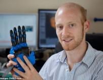 Британец придумал 3D-протез руки за £600