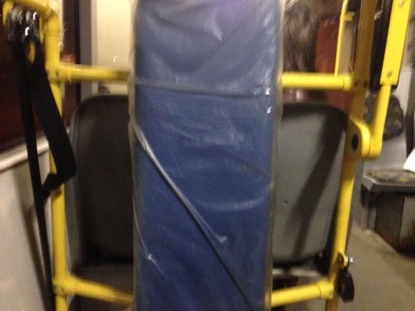 Каждый маломобильный по инструкции должен быть закреплен водителем к этой синей штуковине спиной к движению.
