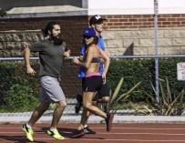 Из-за редкого заболевания спортсменка вынуждена бегать задом наперед
