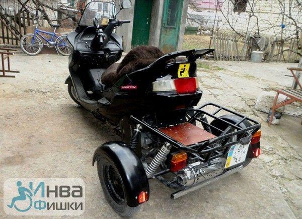 Этот скутер для передвижения людей с инвалидностью сделан из мопеда
