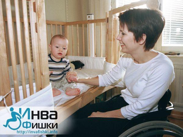 Подпись к фото Родителям, которые передвигаются при помощи коляски, лучше заранее побеспокоиться о том, чтобы кроватка их малыша регулировалась по высоте