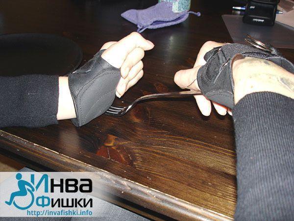 Пользоваться столовыми приборами можно и не владея пальцами