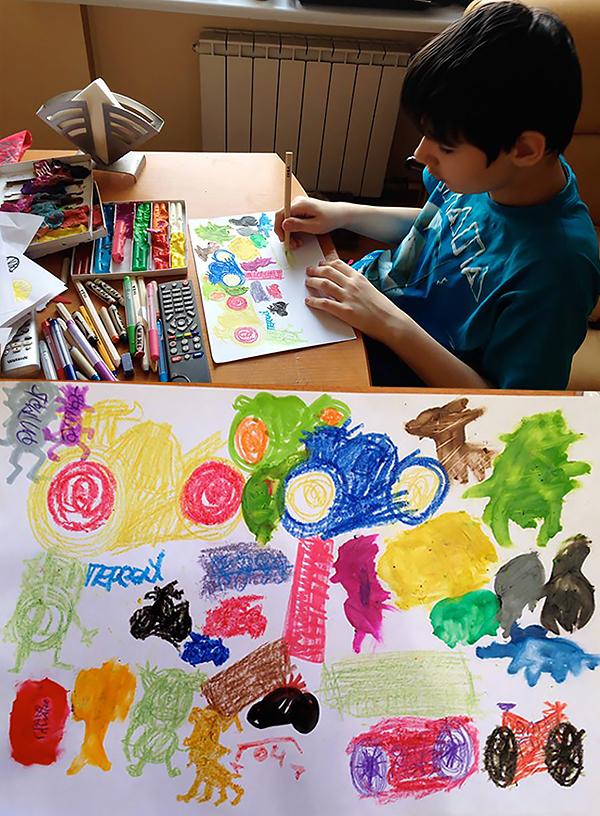 Август рисует «картину» своему новому другу — Никите Щируку. Весна 2014 г.