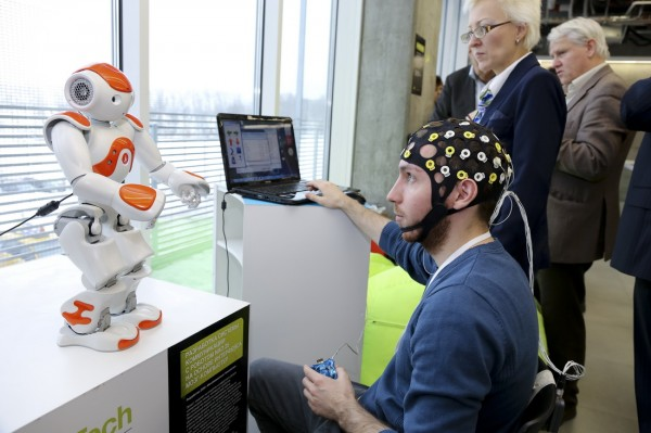 Коллеги А. Каплана демонстрируют разработки в области интерфейса мозг-компьютер на конференции Skolkovo Robotics-2013. Фото: SkReview