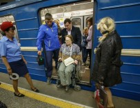 «Там, где нельзя сделать лифт, подойдет». Как испытывали новые подъемники для колясочников в минском метро