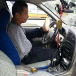 Водитель без рук смог проехать 200 000 км, прежде чем попался полиции