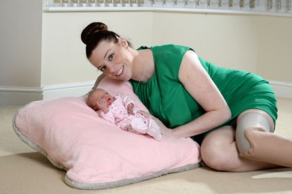 PRESS PEOPLE PIC BY MICHAEL BAISTER ONE USE ONLY NO SYNDICATION HANNAH CAMPBELL, 29 WITH DAUGHTER LEXI-RIVER McMORROW 5 DAYS OLD