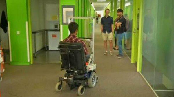 Инвалидная коляска реагирует на взгляд пациента и едет в нужном направлении
