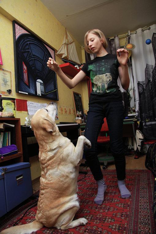 © Фото: Мария Алексеева Лиза дома с собакой Фросей