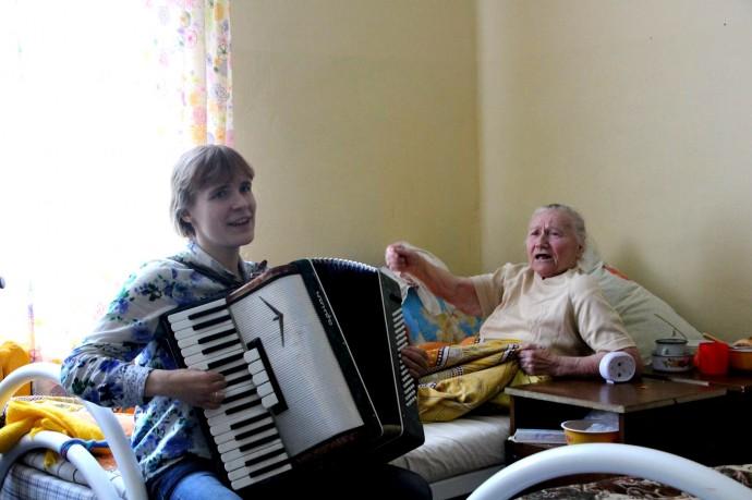 """Елизавета Олескина дает """"концерт"""" в доме престарелых"""
