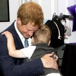 Принц Гарри обнимает маленького колясочника