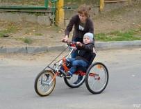 Для трехлетнего гродненца, который не может ходить, создали велосипед с ручным приводом