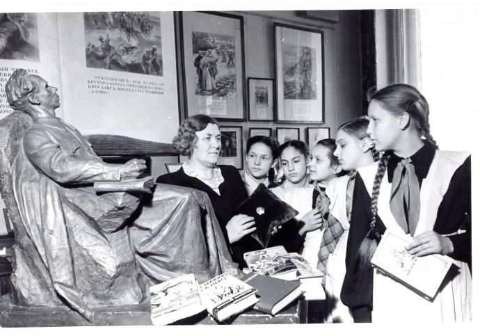 Раиса Порфирьевна Островская со школьниками в музее,1946 .