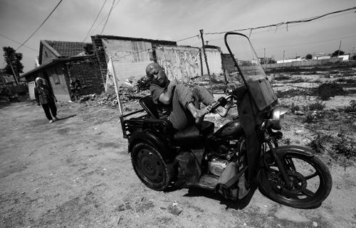 Си Фу катается на мотоцикле