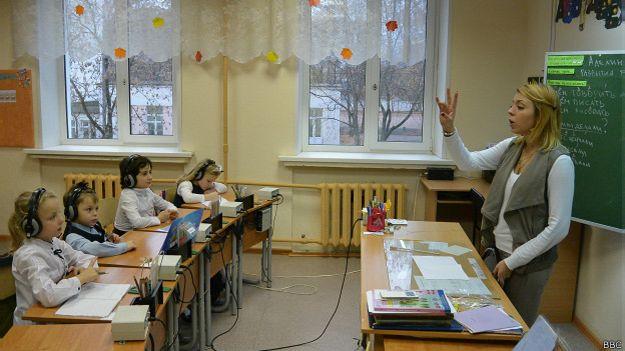 Для обучения слабослышащих детей нужно знать язык жестов, но иногда достаточно четкой артикуляции