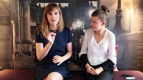 Изабель Карре и Ариана Ривуар на языке жестов рассказывают про фильм.
