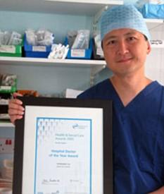 Г-н Лю - специалист по роговице и консультирующий хирург-офтальмолог в Суссекской клинике микрохирургии глаза. Также он является президентом британского общества рефракционной хирургии.