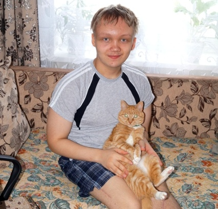 Рыжий кот Барсик очень любит играть с Никитой