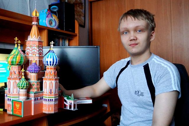 Недавно Никита в перерывах между уроками собрал из 3-D пазлов модель храма