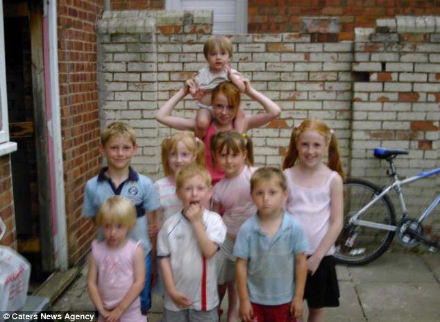 Фото. Афина (в центре справа, с желтыми бантиками) с братьями и сестрами в детстве