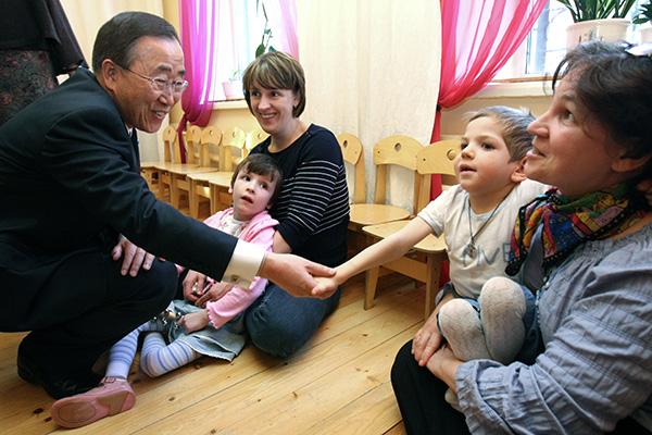 Генеральный секретарь ООН Пан Ги Мун общается с детьми во время  посещения Детского фонда ООН (ЮНИСЕФ) по социальной инклюзии в Москве.  Фото: Максим Богодвид / РИА Новости
