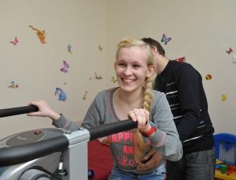Девочка Соня с ДЦП, попросившая у Путина тренажер, встала на ноги