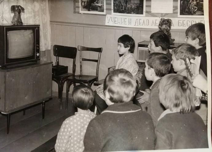 """Дети """"смотрят"""" выключенный телевизор"""