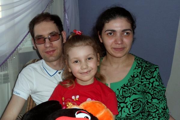 (На фото: Антон с супругой Еленой и дочерью Кариной)