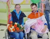 В Екатеринбурге пара инвалидов-колясочников стали родителями здорового малыша