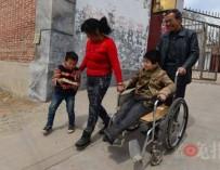 Добросердечная китайская пара усыновила более 40 сирот-инвалидов за последние 26 лет