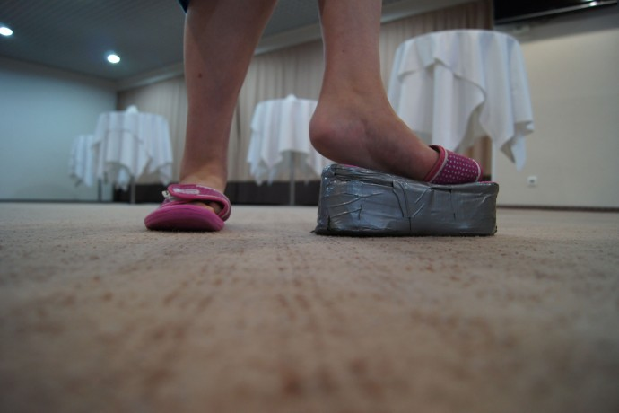 Папа сделал Мрарине сандалии на платформе разной высоты