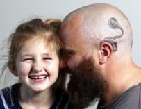 Австралиец набил на голове татуировку, чтобы поддержать дочь-инвалида