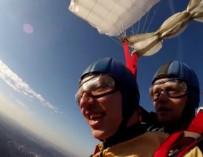 Парень с ДЦП впервые совершил прыжок с парашютом
