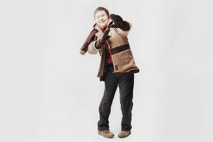 Дима Сенин в пальто с пристегивающейся шапкой, варежками и шарфом Фотография: Британская высшая школа дизайна