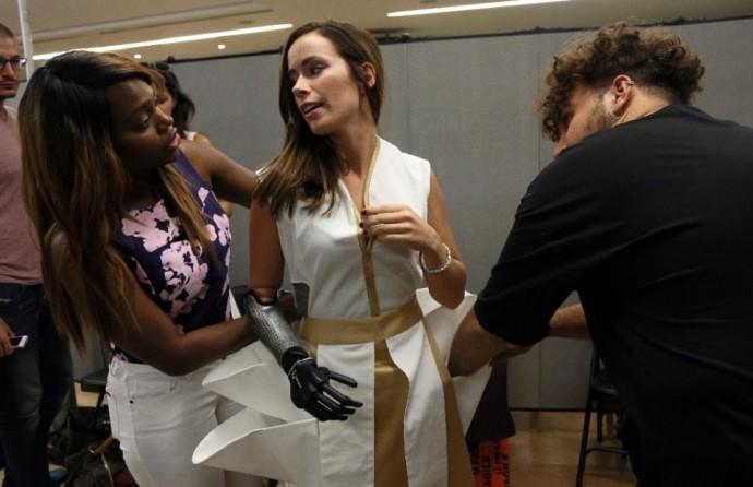 Фото: Бионический протез Ребеки напоминает модные нынче широкие браслеты на все предплечье - как, например, на показе Nicholas K