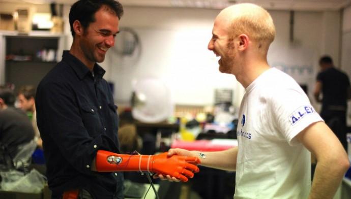 Джоэл Гиббард (справа), один из создателей роботизированной руки (фото Open Bionics).
