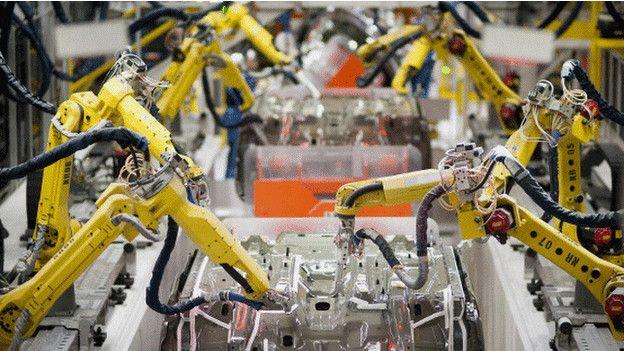 Image caption На заводах в китайской провинции Гуандун планируется заменить более 30 тысяч рабочих