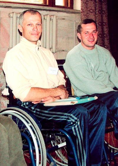 Владимир Засенко (слева) оказался в коляске после того, как его переехал трактор