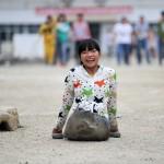 Как китаянка 12 лет добирается в школу на руках
