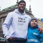 Халк спел на Невском проспекте для больного раком ребенка